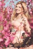 Muchacha embarazada en jardín de la cereza del flor Imagen de archivo