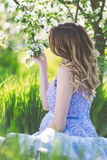 Muchacha embarazada feliz en jardín de la primavera del flor Imagen de archivo