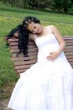 Muchacha embarazada hermosa que recorre en parque imagen de archivo
