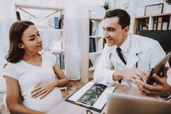 Muchacha embarazada Laptop consulta gynecology fotos de archivo