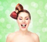 Muchacha emocionada atractiva con el pelo coloreado Foto de archivo libre de regalías
