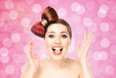 Muchacha emocionada atractiva con el pelo coloreado Fotos de archivo libres de regalías