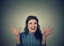 Muchacha emocionada estupenda que mira el griterío para arriba emocionado Imagen de archivo