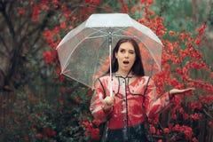 Muchacha emocionada feliz en la lluvia que sostiene su paraguas Imágenes de archivo libres de regalías