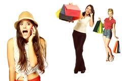 Muchacha emocional sorprendida que habla en el teléfono móvil sobre venta de las compras Fotografía de archivo libre de regalías