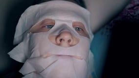 Muchacha emocionante en primer especial de la máscara de la hoja del skincare almacen de video