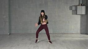 Muchacha enérgica joven que baila danza moderna en estudio almacen de video