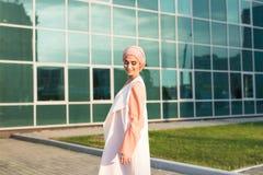 Muchacha en abaya en el fondo del centro de negocios Foto de archivo