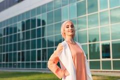 Muchacha en abaya en el fondo del centro de negocios Imágenes de archivo libres de regalías