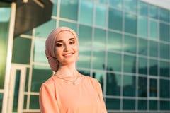 Muchacha en abaya en el fondo del centro de negocios Fotos de archivo