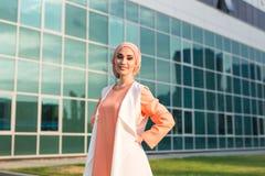 Muchacha en abaya en el fondo del centro de negocios Fotografía de archivo libre de regalías
