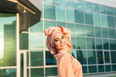 Muchacha en abaya en el fondo del centro de negocios Fotos de archivo libres de regalías