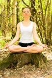 Muchacha en actitud de la meditación Imagen de archivo