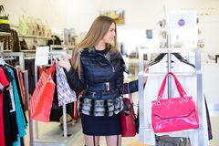 Muchacha en alameda de compras Foto de archivo