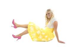 Muchacha en alineada amarilla y zapatos rosados Imágenes de archivo libres de regalías