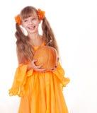 Muchacha en alineada anaranjada con la calabaza. Acción de gracias. Foto de archivo libre de regalías