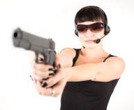 Muchacha en alineada negra con la pistola Fotos de archivo libres de regalías
