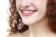 Muchacha en apoyos Cierre feliz de la sonrisa para arriba foto de archivo