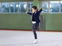 Muchacha en atletismo del entrenamiento de la clase del gimnasio Imagen de archivo libre de regalías