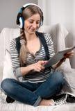 Muchacha en auricular que escucha la música fotografía de archivo libre de regalías