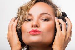 Muchacha en auriculares Imagen de archivo libre de regalías