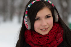 Muchacha en auriculares al aire libre en invierno Fotos de archivo libres de regalías