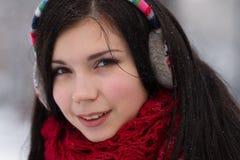Muchacha en auriculares al aire libre en invierno Imagenes de archivo