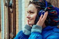 Muchacha en auriculares azules fotos de archivo