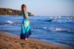 Muchacha en azul cerca del mar Imagen de archivo