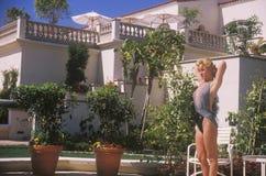Muchacha en bañador por la tina caliente, Laguna Niguel, CA, Ritz Carlton Hotel fotografía de archivo