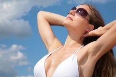 Muchacha en bañador y gafas de sol Foto de archivo
