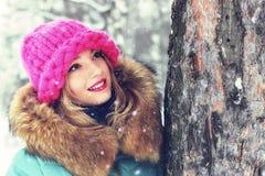 Muchacha en banco de la calle del invierno Fotos de archivo libres de regalías