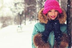 Muchacha en banco de la calle del invierno Imagen de archivo libre de regalías