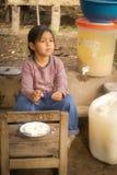 Muchacha en banco en Bolivia Fotografía de archivo