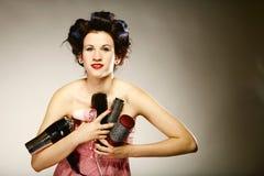Muchacha en bigudíes con los accesorios para diseñar el pelo Imagenes de archivo
