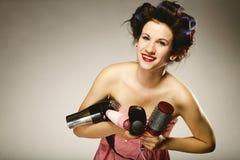 Muchacha en bigudíes con los accesorios para diseñar el pelo Imágenes de archivo libres de regalías