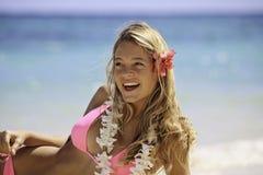Muchacha en bikiní rosado en la playa Imagenes de archivo