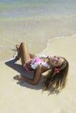Muchacha en bikiní rosado en la playa Foto de archivo libre de regalías