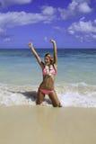 Muchacha en bikiní rosado en la playa Imagen de archivo libre de regalías