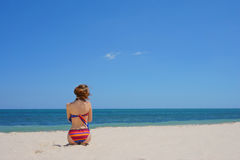 Muchacha en bikini en la playa Foto de archivo