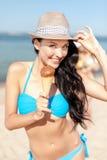 Muchacha en bikini que come el helado en la playa Fotos de archivo libres de regalías