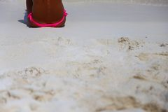 Muchacha en bikini rosado en la playa tropical fotos de archivo
