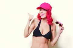 Muchacha en bikini y vidrios anaranjados con el casquillo Fotos de archivo