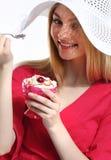 Muchacha en blusa magenta Foto de archivo libre de regalías