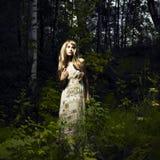 Muchacha en bosque de hadas Fotos de archivo