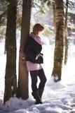 Muchacha en bosque del invierno Imagen de archivo