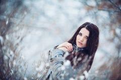 Muchacha en bosque del invierno Fotos de archivo libres de regalías