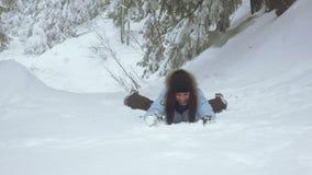 Muchacha en bosque del invierno almacen de video