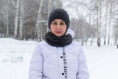 Muchacha en bosque del invierno Imagenes de archivo