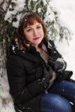 Muchacha en bosque del invierno Foto de archivo libre de regalías